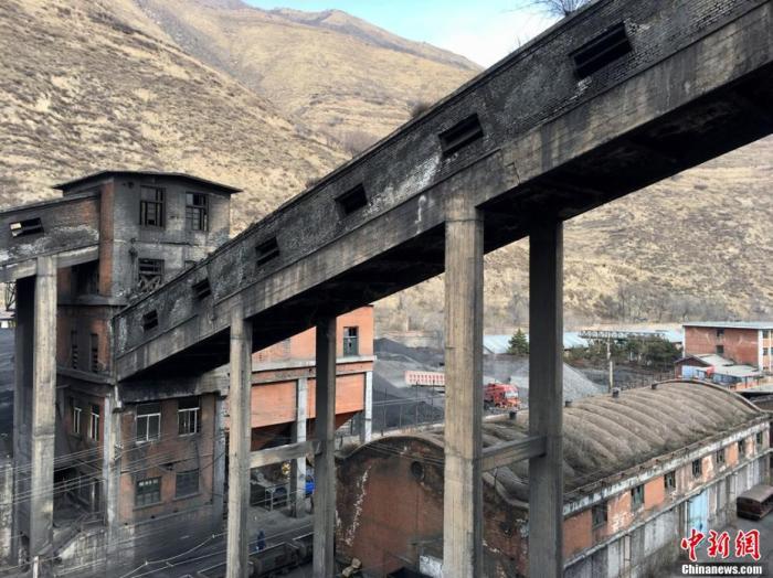 """图为该煤矿厂区""""煤迹斑斑""""的选煤楼外观。 张婧 摄"""