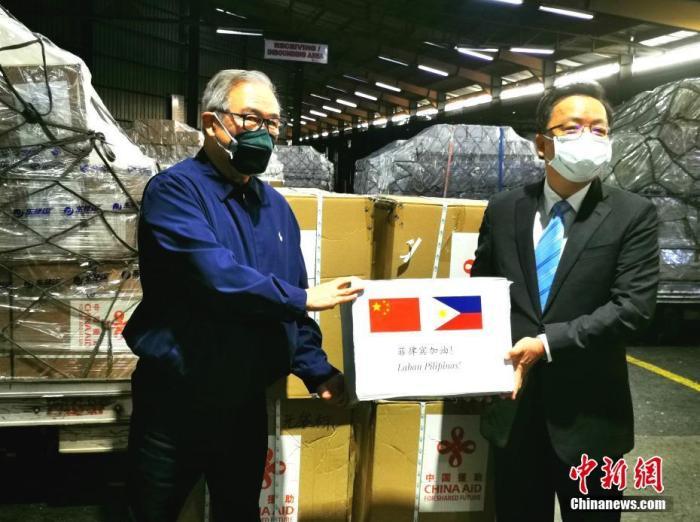 3月21日晨,圆通包机运载着菲方急需的医疗物资飞抵马尼拉,中国驻菲律宾大使黄溪连在机场接见洛钦,并向菲方移交了中国援助的抗疫物资。/p阳光在线记者 关向东 摄