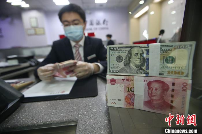 原料图为山西太原一银走做事人员在清点货币。中新社记者 张云 摄