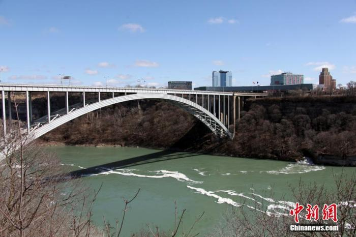 """为应对日趋严峻的新冠肺炎疫情,北美东部时间3月21日零时起,加拿大与美国之间的边境线开始有限度""""封关"""",禁止旅游和休闲目的的""""非必要跨境旅行""""。图为加拿大安大略省尼亚加拉瀑布城和美国纽约州尼亚加拉瀑布城之间的彩虹桥口岸,在""""封关""""首日一改热闹常态,变得冷冷清清。/p中新社记者 余瑞冬 摄"""