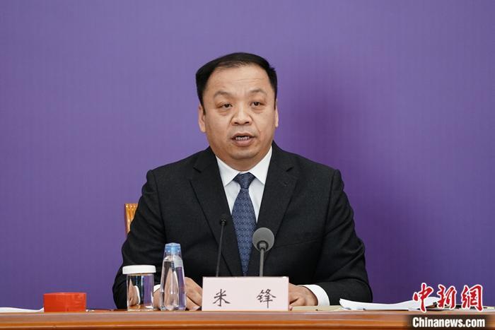 3月22日,在中国国务院联防联控机制新闻发布会上,中国国家卫生健康委员会新闻发言人、宣传司副司长米锋表示,目前,全国绝大多数地区已是低风险地区。/p中新社记者 崔楠 摄