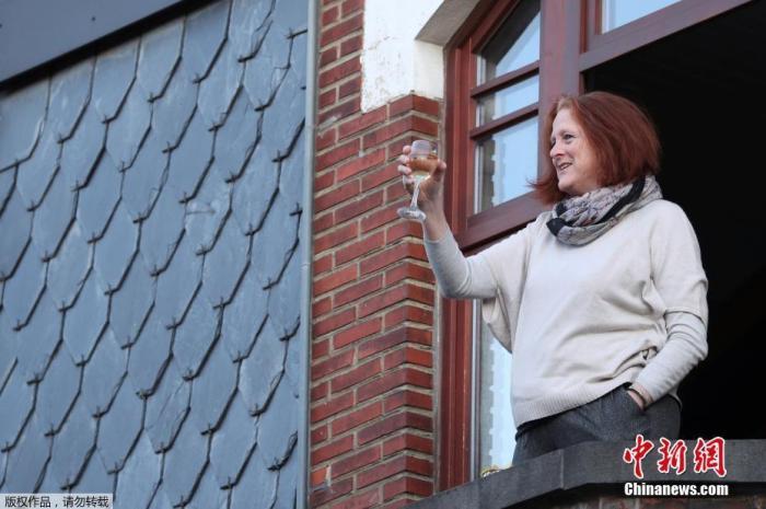 资料图:疫情下,比利时民众的居家生活。