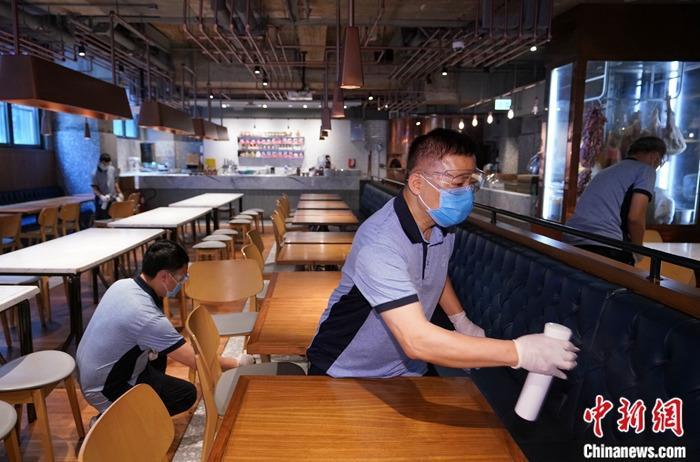 资料图:工作人员为兰桂坊一家餐厅喷洒光触媒消毒剂。<a target='_blank' href='http://www.chinanews.com/'>中新社</a>记者 张炜 摄