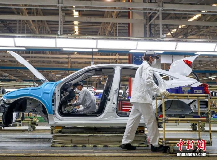 中国一家造车企业,工人在总装生产线上工作。中新社记者 张畅 摄