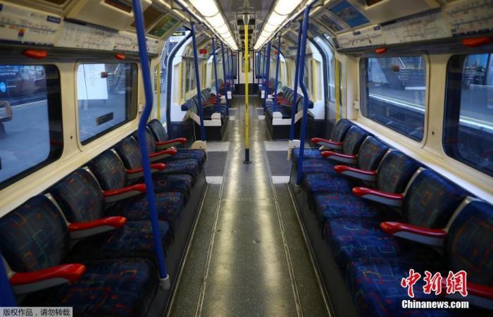 当地时间3月24日,英国伦敦,皮卡迪利线空空荡荡的列车车厢。