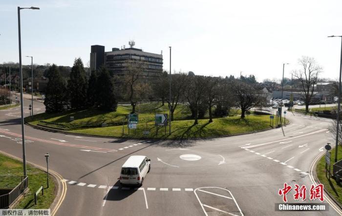 当地时间3月24日,英国赫默尔亨普斯特德城,一辆汽车行驶在空旷的公路上。