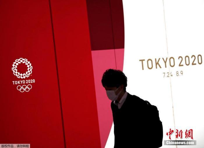 当地时间3月23日,随着原定于7月24日开幕的东京奥运会日益临近,日本东京街头随处可见奥运元素。当日,日本首相安倍晋三在参议院预算委员会上指出,东京奥运会是否如期举办,最终将由国际奥组委决定,表示不排除奥运会延期的可能。