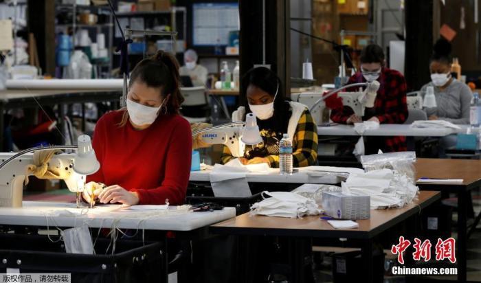 """当地时间3月23日,美国密歇根州庞蒂亚克市,随着新型冠状病毒病持续蔓延时,""""Detroit Sewn""""工厂改产医用口罩生产第一天。据美国约翰斯·霍普金斯大学的实时数据,截至美国东部时间23日12时50分,美国新冠肺炎确诊病例累计41026例,累计死亡479例。"""