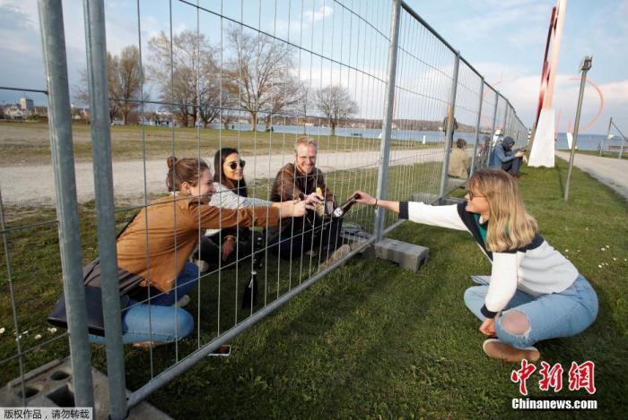 3月24日消息,为防止新冠肺炎病毒的传播,欧洲多国封锁边境。两国民众隔着铁丝网聚餐聊天。