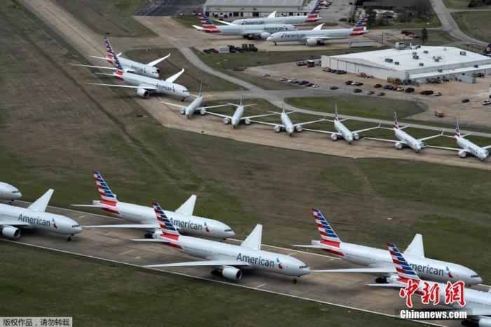 当地时间3月23日,在美国俄克拉荷马州塔尔萨的塔尔萨国际机场,美国航空公司的客机拥挤在一条跑道上。