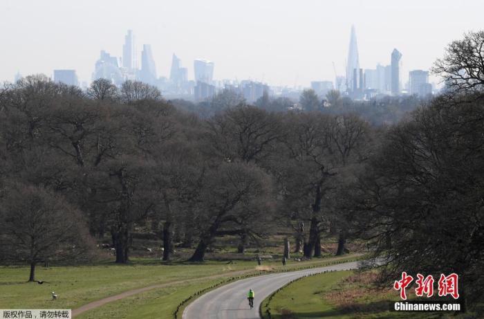 当地时间3月24日,英国伦敦,居民骑车在里士满公园锻炼。23日,英国首相约翰逊发表电视讲话,宣布一系列新的抗疫措施,要求全民居家隔离,以尽可能降低新冠病毒传播风险,延缓疫情蔓延速度。
