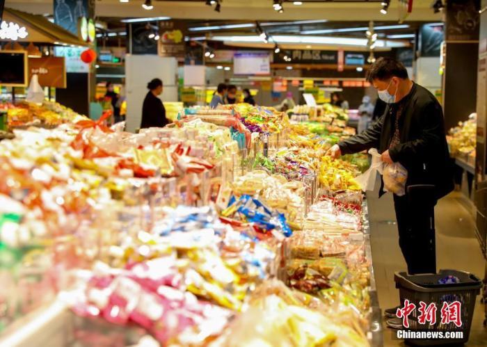 资料图:3月24日,湖北孝感市民在一家超市购物。<a target='_blank' href='http://www.chinanews.com/'>中新社</a>记者 张畅 摄