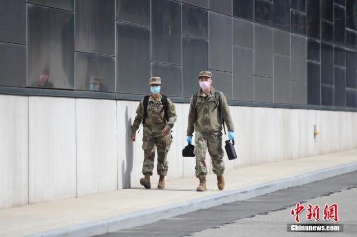 美军士兵走过美国纽约贾维茨中心。中新社记者 廖攀 摄