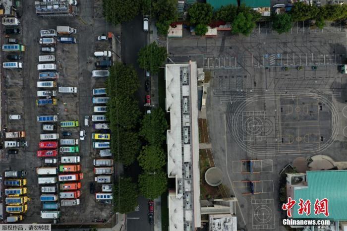 当地时间3月23日,美国加利福尼亚州洛杉矶市,食品卡车停在洛杉矶一所空学校旁边的停车场。