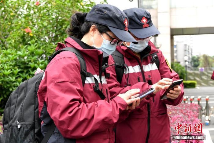 3月25日,由14名专家组成的中国第三批赴意大利抗疫医疗专家组从福建福州出发。专家组将抵达意大利米兰,在中国外交部驻意大利使领馆统筹安排下,主要在意大利托斯卡纳大区协助应对新冠肺炎疫情。图为专家组成员出发前互留联系方式。<a target='_blank' href='http://www.chinanews.com/'>中新社</a>记者 王东明 摄