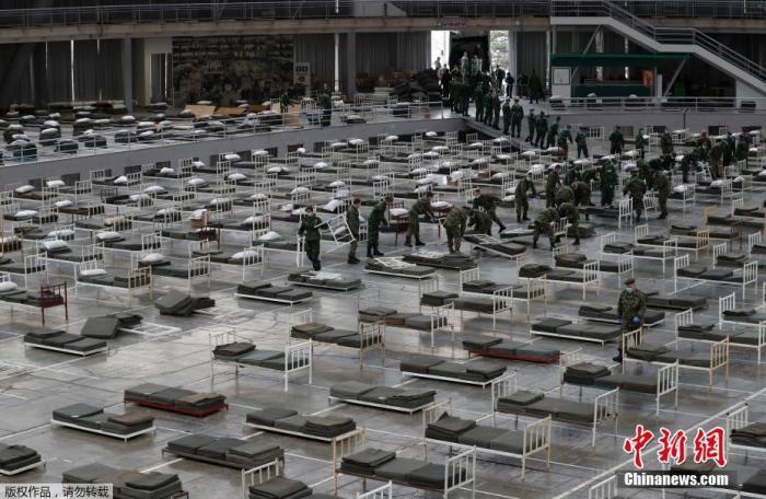 当地时间3月24日,塞尔维亚士兵在贝尔格莱德博览会内检查病床。据塞尔维亚国防部24日说,在中国专家组建议下,塞尔维亚开始着手把首都贝尔格莱德会展中心改建为一座方舱医院,用于收治新冠肺炎患者。塞尔维亚国防部成员、士兵、志愿者等当天在贝尔格莱德会展中心设立约3000张床位。塞尔维亚卫生部公布的数据显示,截至当地时间24日15时(北京时间24日22时),塞尔维亚共对916人进行了新冠病毒检测,确诊303人,死亡3人。