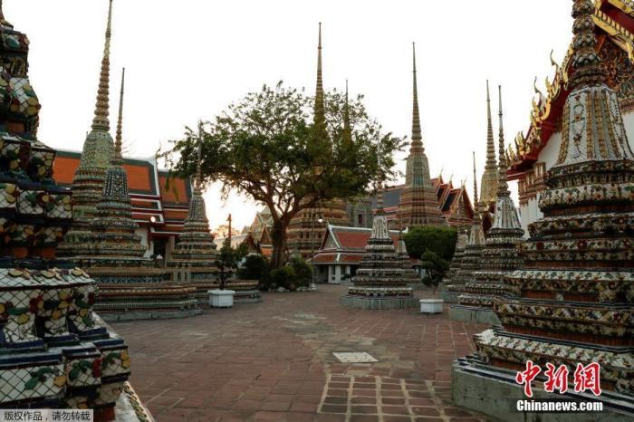 资料图:当地时间3月24日,由于受到新型冠状病毒影响,泰国曼谷著名旅游景点卧佛寺空无一人。
