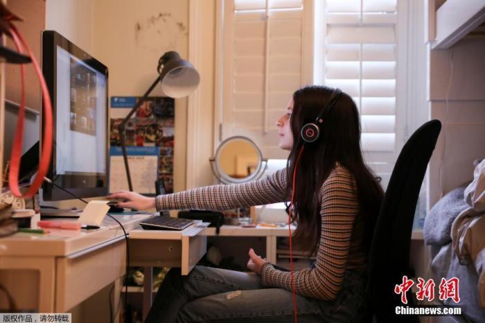 内地时间3月23日,美国纽约州的学生开始在家中举办线上进修的第一天。