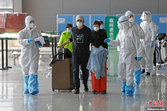 资料图:上海市各区驻虹桥机场工作人员在T2航站楼继续为入境人员进行信息核查。 殷立勤 摄