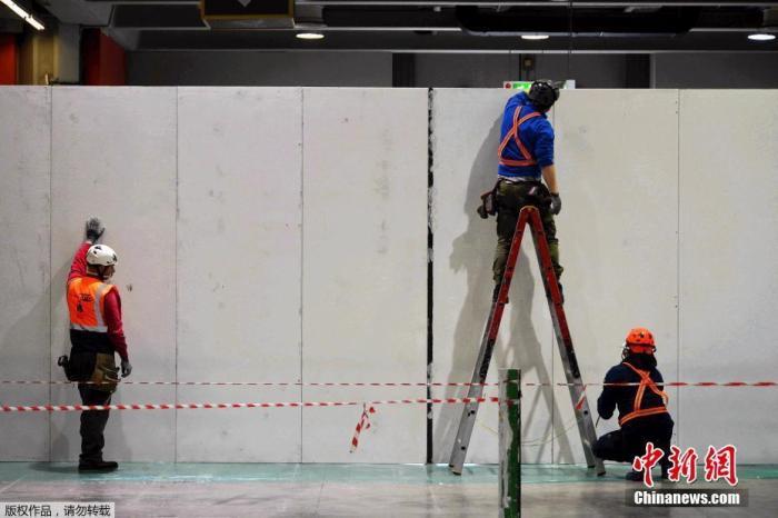 当地时间3月23日,意大利米兰国际展览中心,正在改建中的一家临时医院。