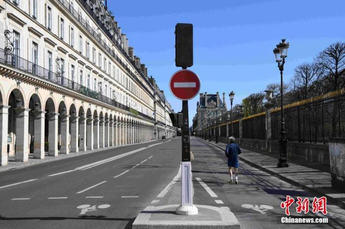 位于巴黎市中心的里沃利大街当天几乎没有车辆通行。/p中新社记者 李洋 摄