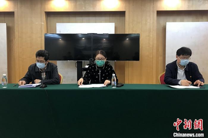 3月25日,中央指导组交通保障组信息通报宣传会在武汉举行。国家卫健委医政医管局监察专员焦雅辉(中)在会上表示,3月底前,援鄂医疗队返程将再迎高峰。据焦雅辉通报,截至3月24日24时,343支援鄂医疗队已累计撤回194支(21046名医务人员),目前尚有149支医疗队(17586名医务人员)留在湖北继续支援当地救治工作。<a target='_blank' href='http://www.chinanews.com/'>中新社</a>记者 张践 摄