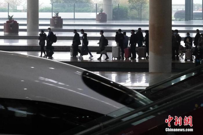 3月26日,旅客在高铁南京南站出行。3月25日零时起,除武汉市17个铁路客站外,湖北境内铁路客站恢复办理到达和出发业务。记者 泱波 摄