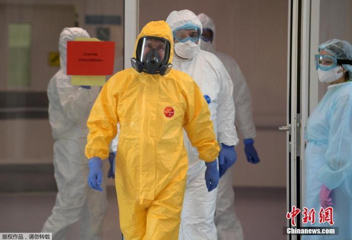 资料图:当地时间3月24日,俄罗斯总统普京身穿防护服视察一家位于首都莫斯科郊外的收治新冠肺炎患者的医院。