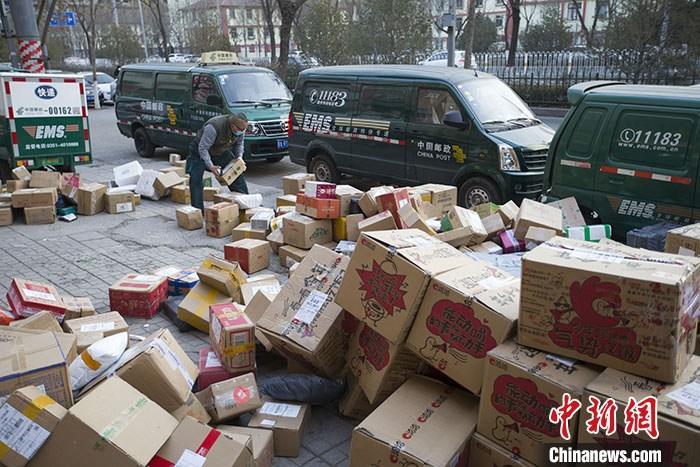 资料图:物流工作人员正在分拣快递。 /p中新社记者 张云 摄