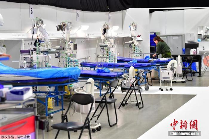 当地时间3月30日,瑞典斯德哥尔摩国际会展中心被改建成一家野战医院,为收治新冠肺炎患者,一名军事人员正在做准备。