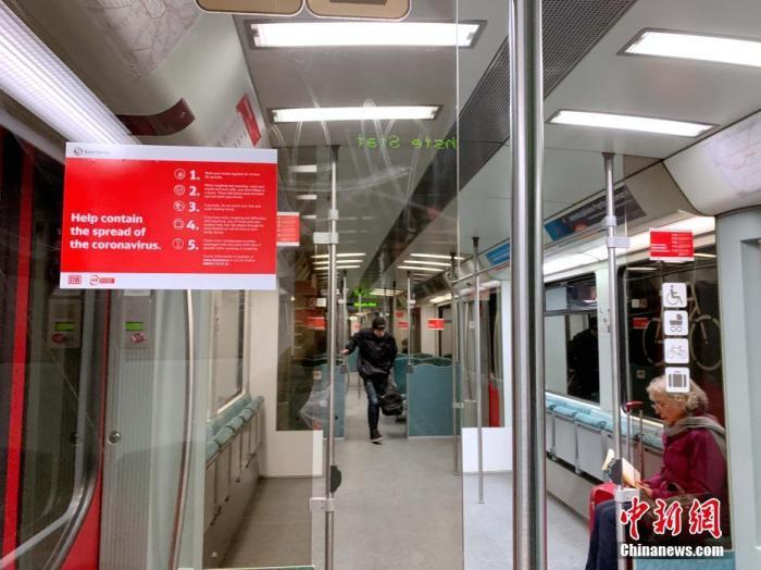 在柏林一条主要地铁线上,每节车厢乘客不超过5人,且相互保持数米距离。车厢内贴有防疫提示。 <a target='_blank' href='http://www.chinanews.com/'>中新社</a>记者 彭大伟 摄