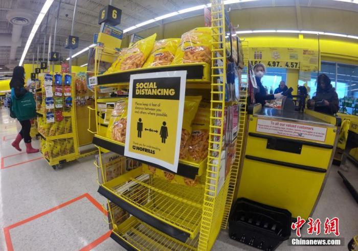 当地时间3月30日,加拿大大多伦多地区一家超市内贴出的告示提醒顾客,需保持社交距离。鉴于新冠肺炎疫情形势,多伦多所在的安大略省省政府当日宣布,该省的紧急状态于3月底期满后,将再延长两周时间。<a target='_blank' href='http://www.chinanews.com/'>中新社</a>记者 余瑞冬 摄