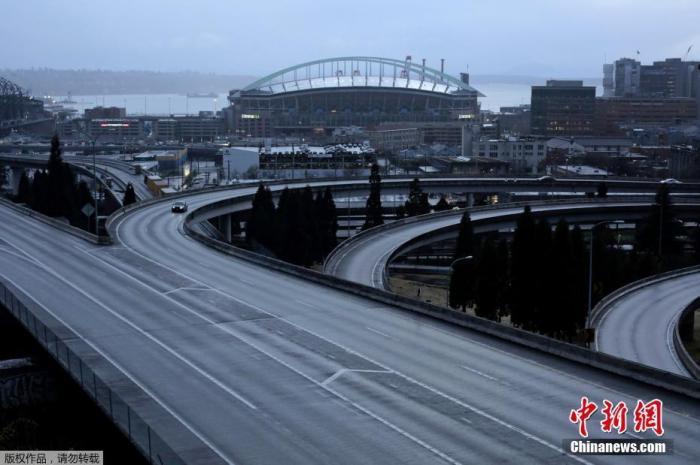 """当地时间3月30日下午,为遏止新冠肺炎疫情扩散,美国首都华盛顿哥伦比亚特区市长鲍泽(Muriel Bowser)颁布""""居家令"""",期限至少到4月24日。图为美国华盛顿州西雅图市一辆汽车沿着一条空荡荡的高速公路行驶。"""