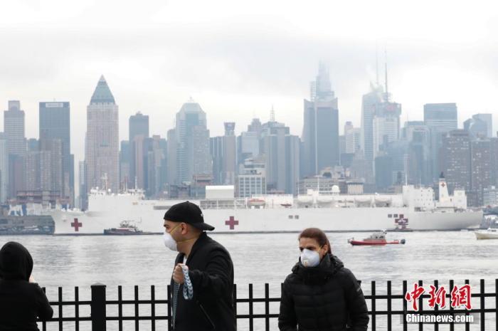 """当地时间3月30日,美军医疗舰""""安慰号""""航行抵达纽约曼哈顿。当日,""""安慰号""""抵达位于纽约曼哈顿的90号码头。该船有1000张医疗床位,配备50个急救室,12个手术室,将在纽约接收非新冠肺炎患者。<a target='_blank' href='http://www.chinanews.com/'>中新社</a>记者 廖攀 摄"""