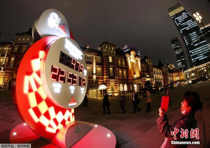 资料图:当地时间3月30日晚,东京奥组委在东京举行记者会,宣布日本政府、东京都政府、东京奥组委与国际奥委会共同决定东京奥运会、残奥会分别将于2021年7月23日和8月24日开幕。图为东京街头的奥运会倒计时牌重新启动计时。