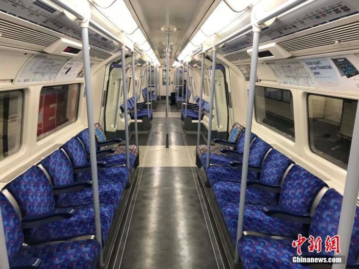 资料图:英国伦敦长年拥挤的地铁车厢而今空空荡荡。中新社记者 张平 摄