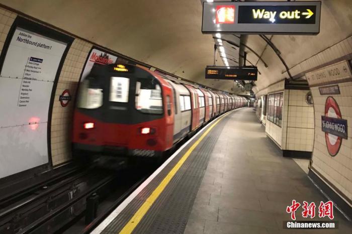 """3月30日,英国新冠肺热确诊病例已破2万,物化亡人数已近1500人。面临厉峻疫情,在英国当局""""外交疏离""""的禁闭令下,伦敦举世著名的地标景点和场所人迹难觅,表现出稀奇的""""空城""""景象。图为伦敦地铁车站站台上空无一人。中新社记者 张平 摄"""