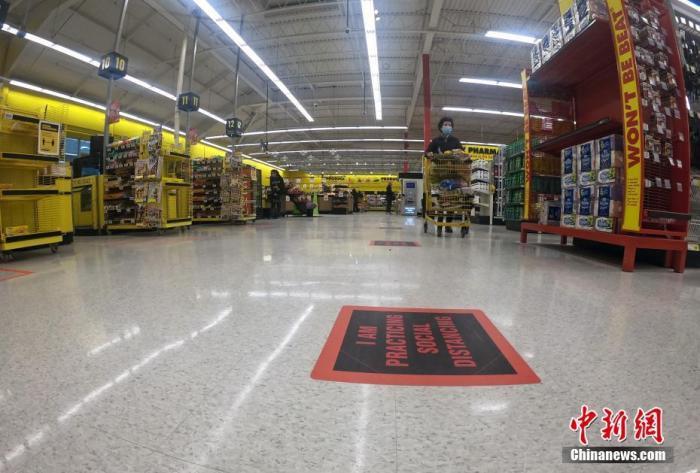 当地时间3月30日,加拿大大多伦多地区一家超市内的地面设有提醒保持社交距离的醒目标识。鉴于新冠肺炎疫情形势,多伦多所在的安大略省省政府当日宣布,该省的紧急状态于3月底期满后,将再延长两周时间。<a target='_blank' href='http://www.chinanews.com/'>中新社</a>记者 余瑞冬 摄