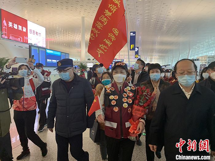 图为李兰娟抵达天河机场航站楼出发大厅。中新社记者 杨程晨 摄