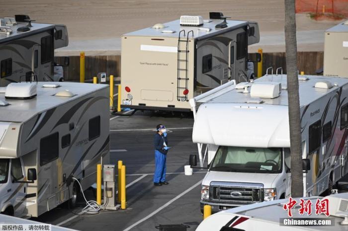 当地时间3月31日,美国加利福尼亚州洛杉矶的Dockweiler海滩,海滨停车场的房车被用作COVID-19患者的隔离区。。