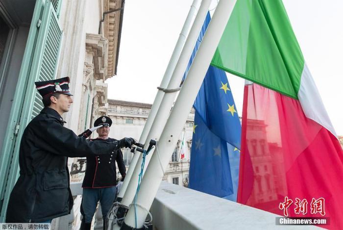 当地时间3月31日,意大利罗马,工作人员在基里纳莱宫主入口的阳台上降半旗,降下欧盟旗帜和意大利国旗。据法新社3月31日报道,意大利降半旗并举国默哀一分钟,哀悼新冠肺炎疫情中的逝者。截至当地时间30日18时,意大利累计确诊病例101739例,累计死亡病例11591例。