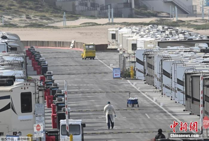 当地时间3月31日,美国加利福尼亚州洛杉矶的Dockweiler海滩,海滨停车场的房车被用作COVID-19患者的隔离区。据报道,在新冠肺炎疫情期间,由于无家可归或与高危家庭成员住在一起而无法自我隔离的人正在使用露营车隔离。