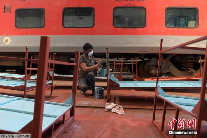 3月30日,印度陈奈,工人们正在加紧准备隔离病房中的病床。