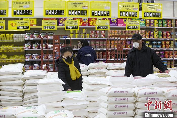 资料图为山西太原一超市内,消费者正在选购面粉。 <a target='_blank' href='http://www.chinanews.com/'>中新社</a>记者 张云 摄
