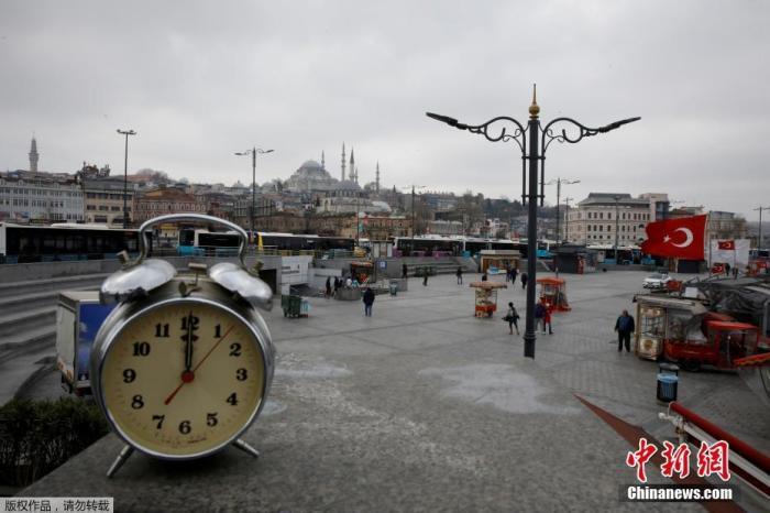 土耳其伊斯坦布尔,艾米诺努地区的街道上摆放着一只巨大的时钟。