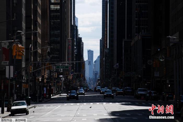 图为空旷的纽约第六大道。