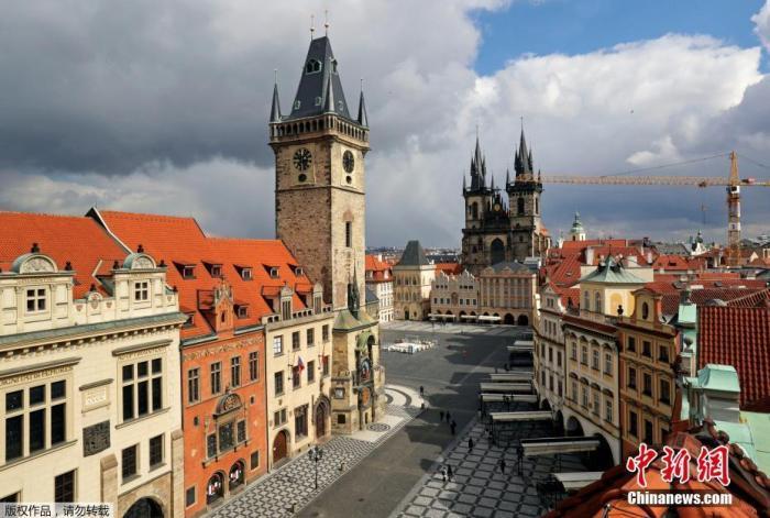 资料图:捷克布拉格老城区空无一人的街道。