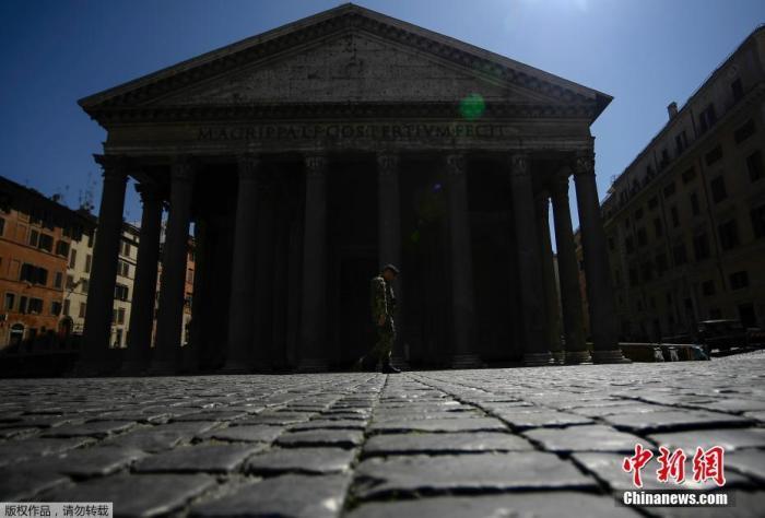 当地时间4月1日,一名士兵走过罗马市中心的万神殿纪念碑。据当地时间4月1日18时意大利民防部门数据显示,意大利累计确诊病例增至110574例,死亡病例累计达13155例。意大利卫生部长罗伯托・斯佩兰扎表示,意大利将把3月起实施的抗击新冠疫情的封锁措施,延长至4月13日。