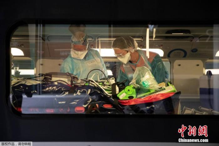 当地时间4月1日,医务人员在法国巴黎Gare dAusterlitz火车站将新冠肺炎患者安置在一辆医用TGV高速列车。大巴黎地区1日首次使用医疗高铁列车将数十名重症患者转运到其他地方继续接受治疗,36名重症患者被转运至布列塔尼。据大巴黎地区医疗卫生机构负责人1日确认,当地医院负荷已达极限。