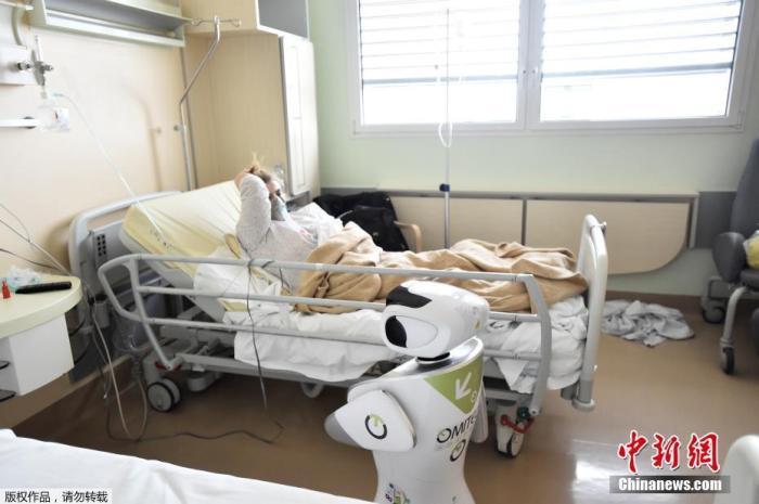 """当地时间4月1日,意大利瓦雷泽的Circolo医院启用了""""机器人护士""""来照料新冠肺炎患者。"""